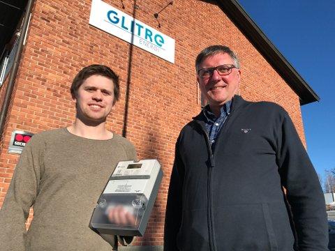 NYE MÅLERE: Audun Sivesindtajet (t.v) og Rune Kvam i Glitre Energi med den nye smartmåleren som til nå er installert hos 12.000 strømkunder på Hadeland. Arkivfoto