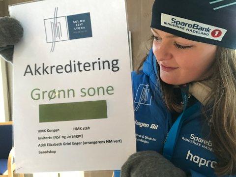 Plakaten er et synlig bevis på at Addi Grini Enger var høyt akkreditert under NM på ski.