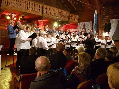 SANGGLEDE: Folkvang på Jaren var fullstappet da Nos Alter inviterte til norsk konsert søndag kveld og skapte begeistring med smittende humør og sangglede.