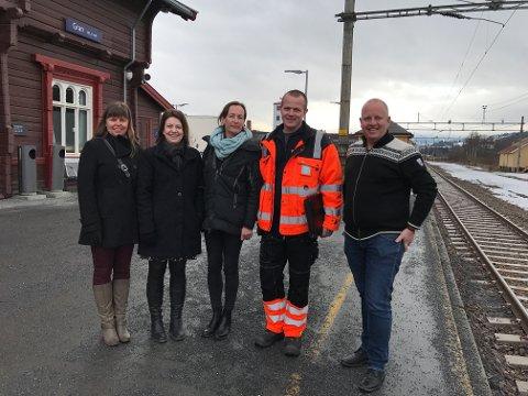 PROSJEKTGRUPPA: Kari Framstad Lokreim (leder i Gran Handel og håndverk), Marianne Aashaug (prosjektleder), Camilla Jarlsby(kultursjef for Lunner og Gran), Arne Olav Olsen (driftsleder samferdsel) og Arne-Jørgen Skurdal (reiselivsjef). Erik Storhaug (jernbanesjef) og Janka Stensvold Henriksen (prosjektleder) var ikke tilstede da bilde ble tatt. Sissel Skjervum Bjerkehagen (redaktør for avisen Hadeland) er fotograf og med i prosjektgruppa.