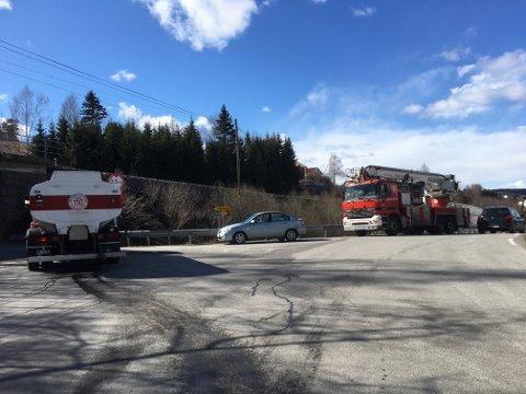 Brannvesenet sperret av undergangen like ved Saltsyreguta, slik at ingen biler kom forbi.