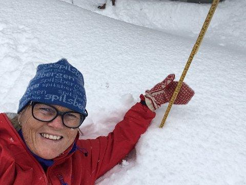 Elisabeth Seigerud på Lygnasæter måler over en meter snø 25. april 2017.