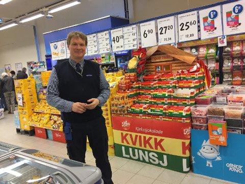 Butikksjef: Erlend Karlsen foran smågodt- og sjokoladehyllene på Rema 1000 på Gran.