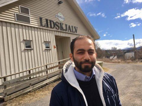 SKOLE OG JOBB: Tareq Idris jobber deltid ved Frivilligsentralen i Gran. Gode referanser til tross, han sliter med å finne noen som vil leie ut et sted han kan bo for seg selv.