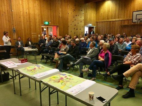 FULLSATT: Det var ikke ledige plasser igjen i gymsalen på Grua skole da det ble orientert om de kommunale planene som gjelder og som det arbeides med for Grua.