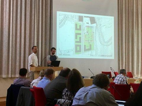 NYE SKISSER: Arkitektene Ove Kristian Jødal og og Marcel Halvorsen Bjerknes fikk mange spørsmål etter at de hadde presentert nye tegninger av Lunner helse- og omsorgssenter for kommunestyret i Lunner.