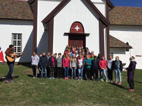 SANG: Markering ved Lunner kirke der elever fra Lunner barneskole deltok.