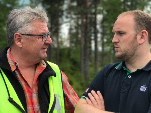 Fellingsleder Kjell Bakken i samtale med landbruksminister Jon Georg Dale, under sistnevntes besøk på Hadeland tidligere i sommer.