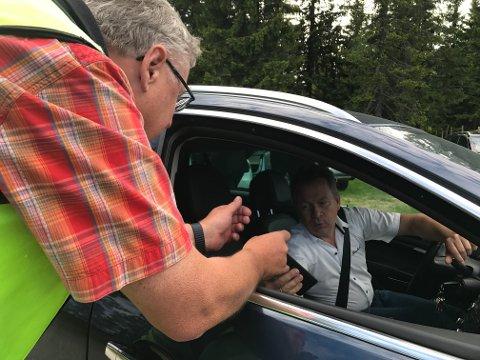 Fellingsleder Kjell Bakken i samtale med Kjetil Ulset i Gran saubeitelag.