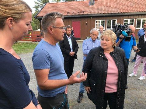 Lene Karen og Arne Bilden forteler statsminister Erna Solberg hvordan de opplever sitausjonen akkurat nå.