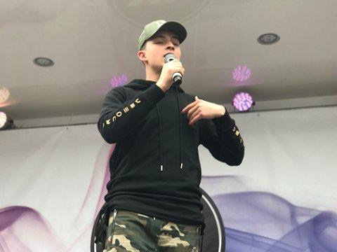 Daniel Owen begeistret sitt publikum, særlig jentene, da han spilte på parkeringsplassen utenfor Coop i Gran mandag kveld.
