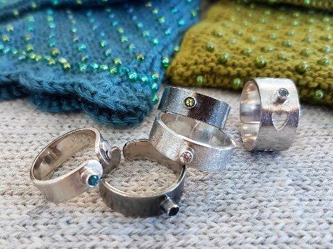 RINGER: Jane bruker mye sølv i smykkene hun lager.