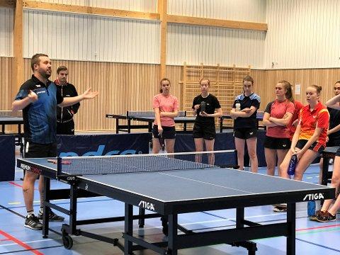 TRENER: Teorigjennomgang med Marcus Sjöberg, trener for det engelske landslaget i bordtennis.