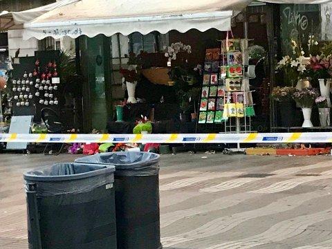 ØDELAGT: Denne blomsterbutikken er skadet etter terrorangrepet på La Rambla torsdag kveld.