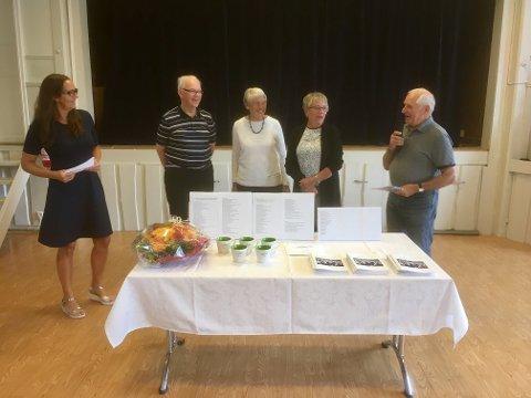 Boklansering: Daglig leder ved Gran frivilligsentral, Hilde Grøndahl Tangen (til venstre), gjorde krus på redaksjonskomiteen og redaktør. Videre ser vi Arne Guttormsen, Marit Hval, Irene Thoresen og Torstein Dahl.