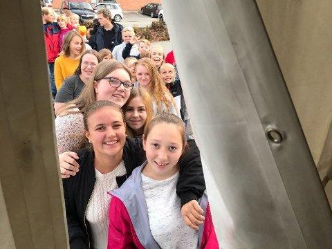 Først i køen for å slippe inn, da det viste seg at kveldens konserter ble noe forsinket, var to 13-åringer fra Jevnaker; Marie Eriksen og Mie Tangen Auke.