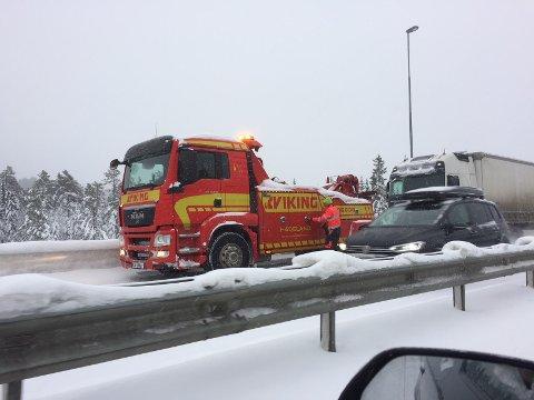 KAOS: En trailer og flere andre kjøretøy sto fast på riksveg 4 i nordgående retning fra Jaren.