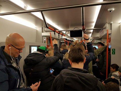 FIKK FORTSETTE. Toget var smekk fullt. Mange måtte stå. Sør for Nittedal måtte de vente - og fikk først beskjed om at de måtte snu.