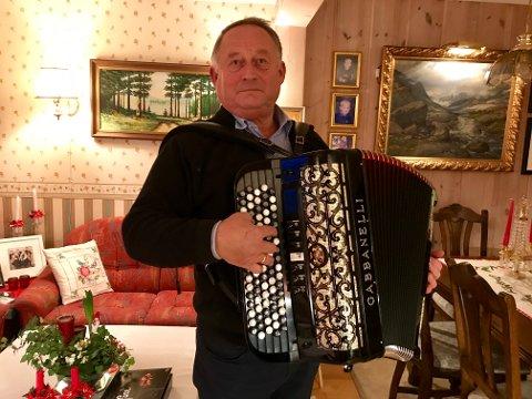 VIKTIG Å GLEDE ANDRE: – Det er veldig hyggelig å glede andre, sier Svein Erik Godli. Sammen med kona Jorun har han vært aktiv i pinsemenigheten på Grua i rundt 50 år. Og der har det å spille og synge for andre vært en viktig, og hyggelig del.