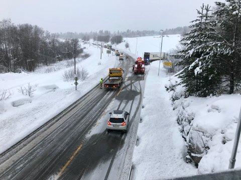 2018: Det smeller stadig i Kalvsjø-krysset på E16. Her en frontkollisjon mellom en personbil og et vogntog i 2018.