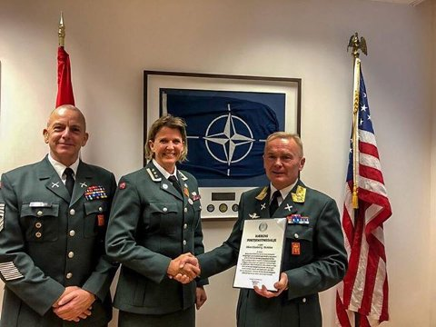BLE HEDRET: Elisabeth Gifstad Michelsen fikk Hærens fortjenstmedalje denne uka. Hærens sjefssersjant, sersjantmajor Rune Wenneberg (t.v) og Sjef Hæren, generalmajor Odin Johannessen delte den ut.