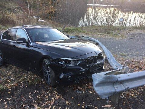I AUTOVERNET: Bilen tok med seg noen meter autovern på veg ut i grøfta.