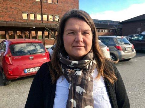 VANSKELIG: Gry Haugsbakken, leder i Gran Arbeiderparti, håper folk forstår at det er gode grunner til at de ikke kan si noe mer om hvorfor Paul André Lindseth er suspendert fra Arbeiderpartiet.