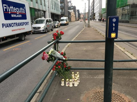 BLOMSTER: Det ble lagt ned blomster og lys ved gangfeltet i Schweigaards gate der Bent Erik Grini ble påkjørt 27. oktober.