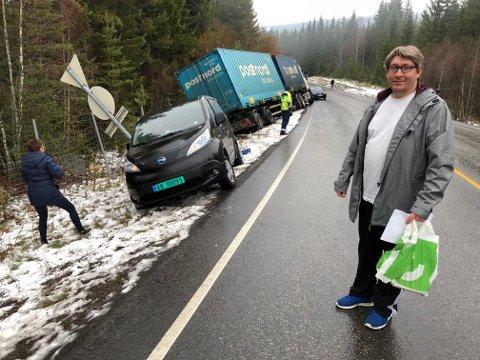 SKILTET TOK STØYTEN: Skiltet, som bilen hans står inntil, reddet muligens Thomas Marring fra langt mer alvorlige skader enn enn vond arm og skulder. – I verste fall kunne kanskje bilen min ha veltet over meg, sier 45-åringen.