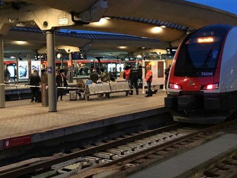 INNSTILT: Toget til Jaren klokken 15.22 skulle gått fra spor 16 på Oslo S, men ble innstilt etter knivstikking mandag ettermiddag.