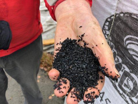 GUMMIKULER: Det er disse svarte gummikulene, eller granulatene, som brukes på kunstgressbaner og som ikke skal komme på avveie.