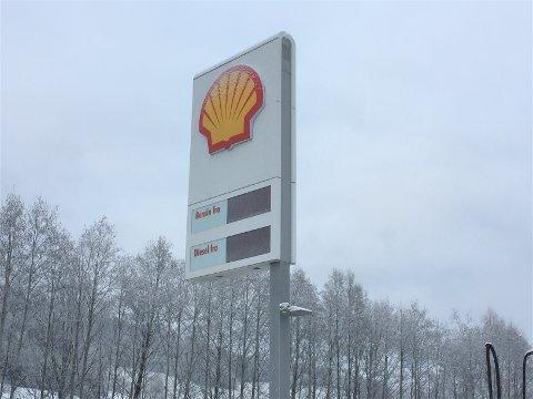 HELT SVART: Det står ingenting på pristavla til Shell på Roa.
