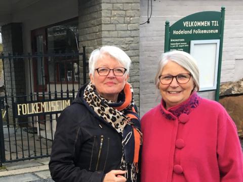 ORDNET BUSS: Bygdekvinnelagene, her representert ved anne Marie Hvattum og Bitten Nesbakken, sørget for at det blir busstransport mellom de ulike stedene som har julemarked kommende helg.