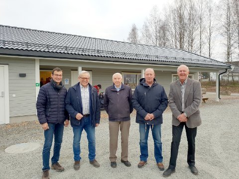 HENRYKTE: Ole Klæstad (fra venstre), ordfører Willy Westhagen, Konrad Aaserud, Svein Bækken og Tor Berg er alle henrykte over det nye klubbhuset.