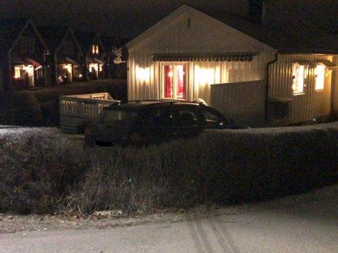 I HAGEN: Bilen kjørte inn i hagen og videre inn i en veranda.
