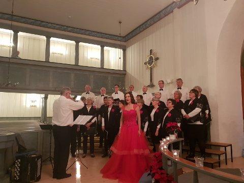 Lunnerkoret og Gunda Marie Bruce sang flott i lag under kveldens konsert.