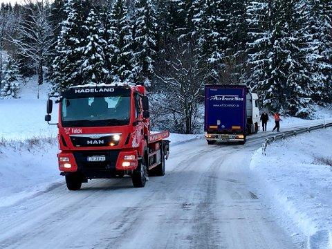 FIKK HJELP: Det danske vogntoget som sto fast i Grinilinna fikk hjelp til å snu.