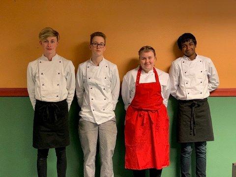 SERVITØRER: Elever fra kokkelinja på Hadeland videregående skole hjalp til med servering. Leon Morfeld, Cornelis Nikolaj Mertens, Christine Hjeldnes og Kobi Servana Yugam.
