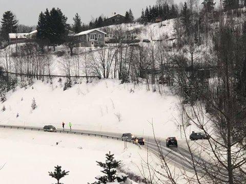 HELGUMSDALEN: Kari Hestnes har sendt Hadeland dette bildet som viser kaos på glatta i Helgumsdalen onsdag.