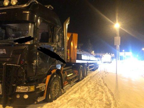 TRUFFET I SIDA: Denne lastebilen ble truffet i fronten på førersida.