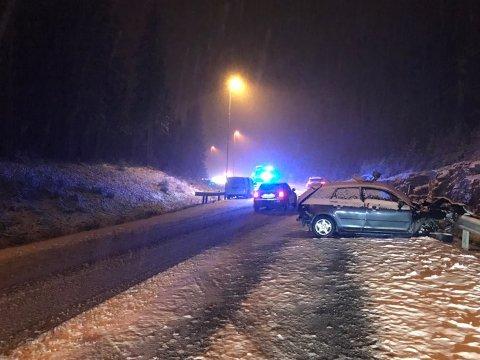 To personer er kjørt til sykehus etter alvorlig ulykke mellom Varpet og Stryken. Dette viser den ene bilen. Fotografen har stått med ryggen sørover, og fotografert nordover.