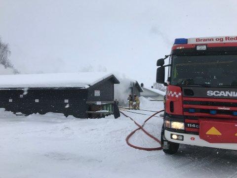 BRANN: Det brenner i garasjen til hjemmetjenesten ved Lunner omsorgssenter.
