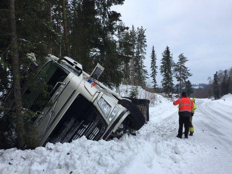 I GRØFTA: Tankbilen har havnet godt ut i grøfta, og er ikke til hinder for trafikken der den ligger.
