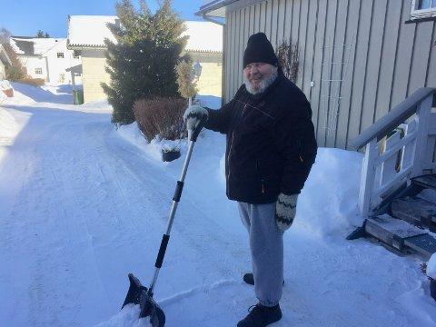 FEIRET MED MÅTE: Roar Hammerstad feiret seieren i avisen Hadelands OL-konkurranse med litt snømåking hjemme på gårdsplassen i Jevnaker. Foto: Privat