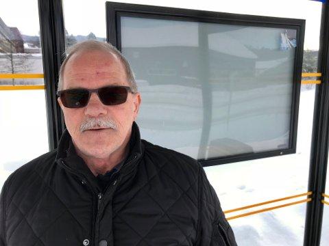 DÅRLIG MARKEDSFØRING: Jan Arne Dammen var blant dem som tok opp situasjonen for pendlerbussen under årsmøtet i Oppland Ap i helgen. Dammen reagerer også på dårlig markedsføring av busstilbudet. Tavla bak ham, ved busstoppen utenfor Hadeland videregående skole, inneholder for eksempel ingen rutetider. Den er tom.