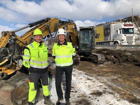 HÅPER PÅ TELE: Fortsatt kuldegrader og tele i bakken er førsteønsket til Finn Erik Hagen i Hagen graveservice og Tron Arne Grini i Glitre Energi.