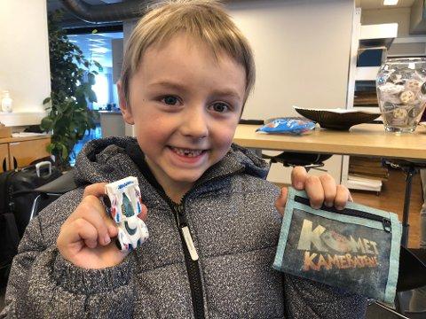 FAVORITT: Elias Myhre (7) er glad for å ha fått igjen favorittbilen sin.