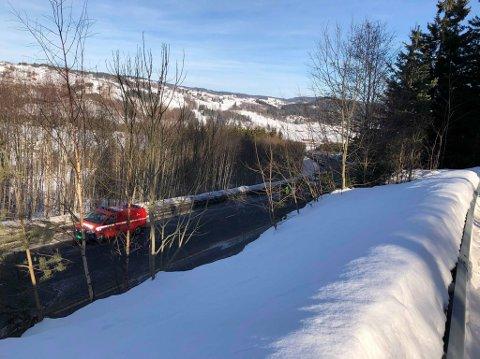 GLATT: En person ble sendt sykehus for sjekk etter en singelulykke på E16 mellom Roa og Kalvsjø søndag.
