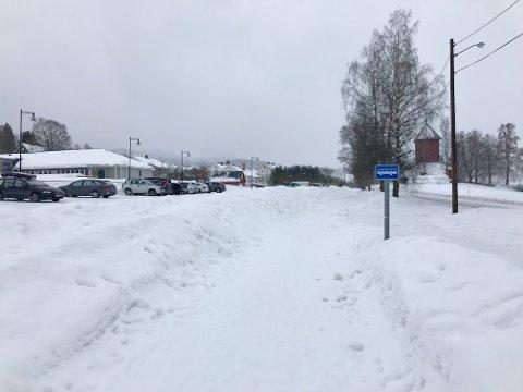 ØNSKER GJERDE: FAU ved Trintom skole ønsker at det blir satt opp et gjerde mellom bussholdeplassen og parkeringsplassen ved Trintom skole.