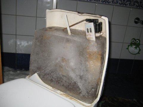 ISEN SKADER: Vannet har frosset og sprengt i stykker hele toalettet.